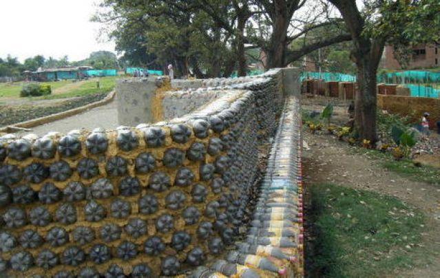 Забор в саду своими руками из подручного материала фото